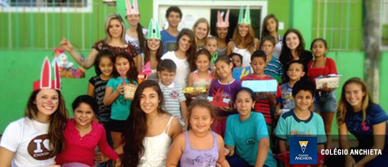 Alumnos del colegio Anchieta celebrán Semana Santa visitando a ancianos.