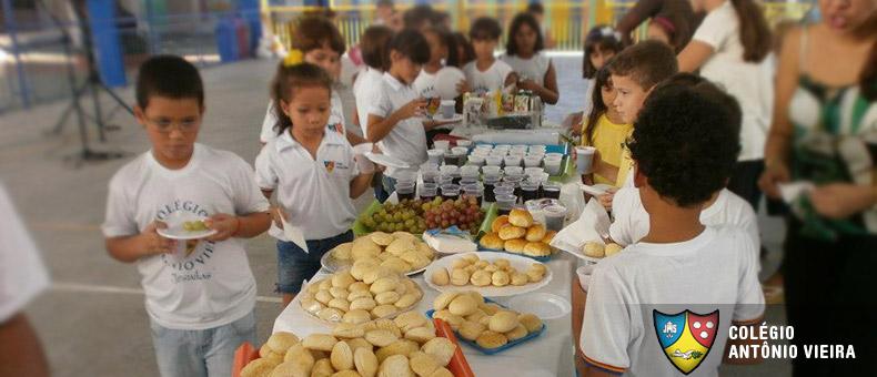 Alumnos del Colégio Antônio Vieira de Brasil compartiendo el pan